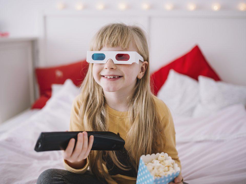 Bambina con occhiali 3D