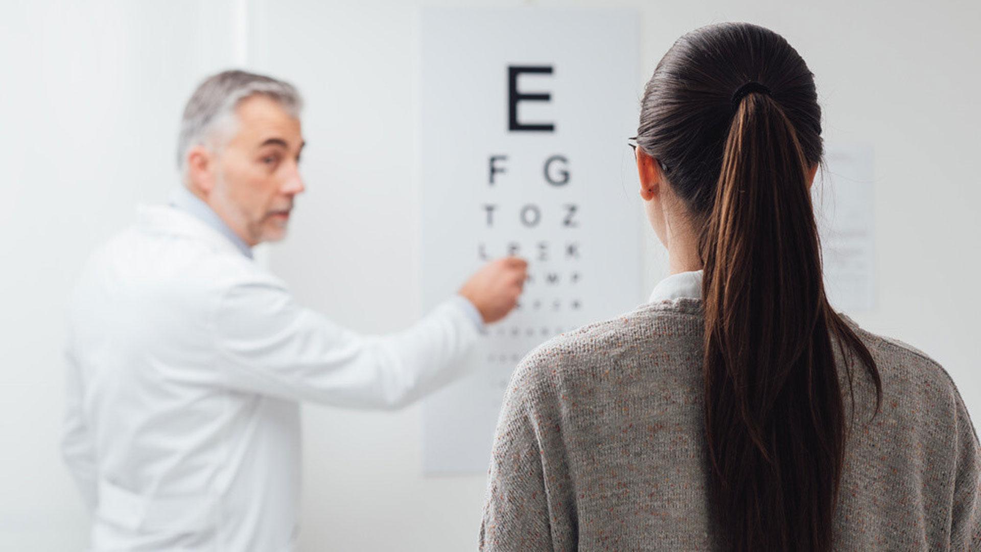 Oculista visita paziente