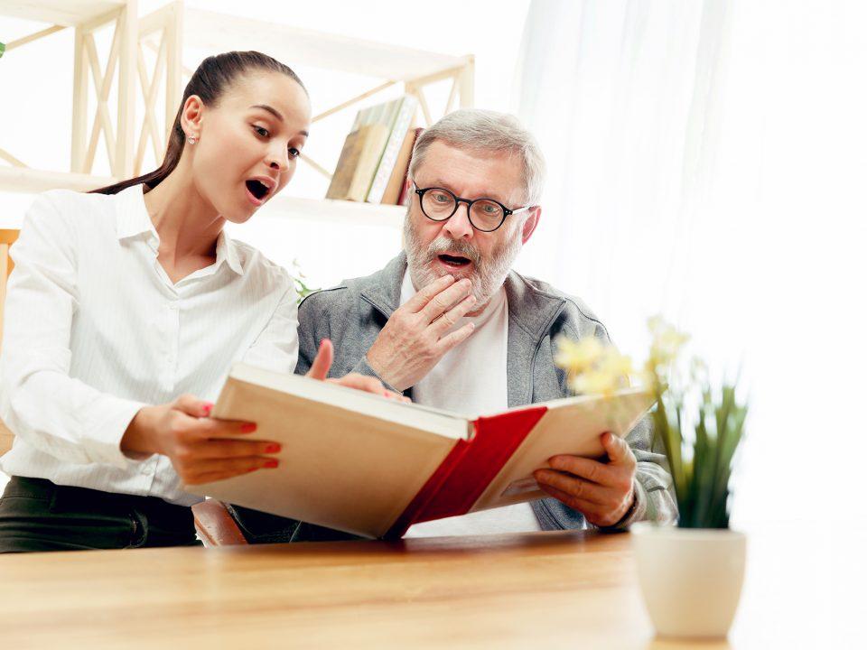 Anziano legge con ragazza