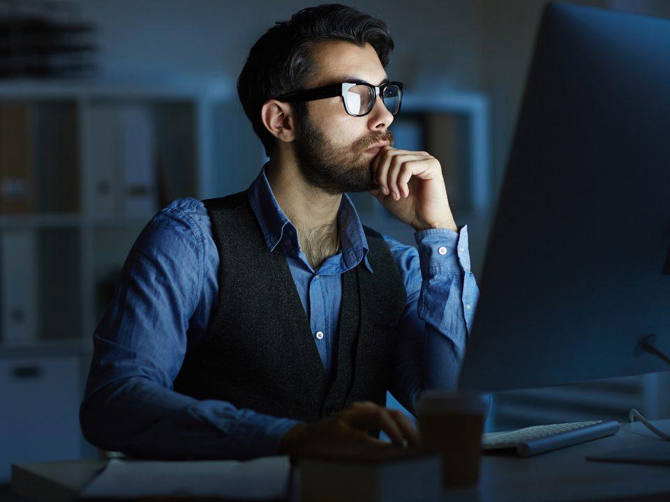 Ragazzo a computer con luce blu